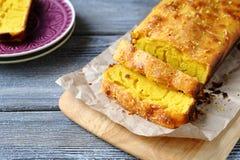 Pedazos de torta del limón en el papel Imagen de archivo libre de regalías