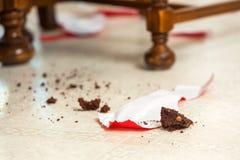 Pedazos de torta en piso Foto de archivo