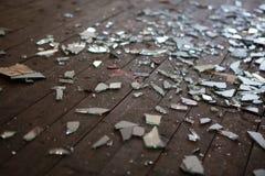 Pedazos de vidrio o de espejo roto imagen de archivo libre de regalías