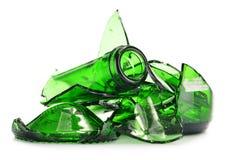 Pedazos de vidrio quebrado sobre el fondo blanco reciclaje Fotografía de archivo