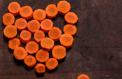 Pedazos de zanahoria bajo la forma de corazón Imágenes de archivo libres de regalías