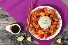Pedazos del arroz y del cerdo con las verduras, visión desde arriba Foto de archivo