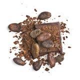 Pedazos del chocolate con los granos de cacao imagenes de archivo