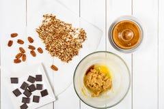Pedazos del chocolate y nueces de pacana oscuros para la receta de las galletas del chocolate de la pacana Foto de archivo libre de regalías