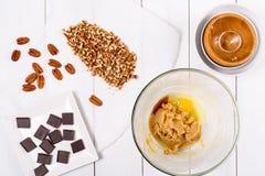 Pedazos del chocolate y nueces de pacana oscuros para la receta de las galletas del chocolate de la pacana Imagen de archivo libre de regalías