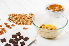 Pedazos del chocolate y nueces de pacana oscuros para la receta de las galletas del chocolate de la pacana Fotos de archivo libres de regalías