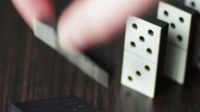 Pedazos del dominó en cierre para arriba almacen de metraje de vídeo