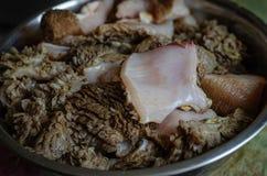 Pedazos del estómago de la carne de vaca en un cuenco del metal Requisito para alimentar y cocinar Tripa de la carne de vaca Foco foto de archivo