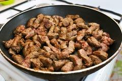 Pedazos del hígado de la carne de vaca en una cacerola Foto de archivo
