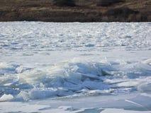 Pedazos del hielo atascados en el río Fotografía de archivo