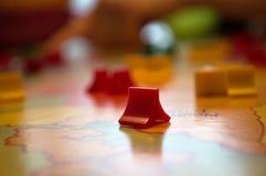 Pedazos del juego de mesa en tablero colorido Imagen de archivo