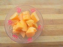 Pedazos del melón en cuenco Imagenes de archivo