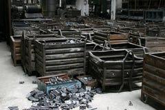 Pedazos del metal en fábrica Imagen de archivo libre de regalías
