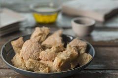Pedazos del pan con aceite de oliva foto de archivo