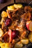 Pedazos del pollo con la fruta y verdura Fotos de archivo libres de regalías