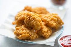 Pedazos del pollo con la inmersión dulce de los chiles fotos de archivo libres de regalías