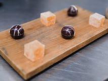 Pedazos del postre del chocolate de la tarta y de la ji de la fruta de la pasión en la madera Imagen de archivo
