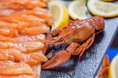 Pedazos del prendedero de pescados rojo, cangrejo en el foco selectivo, mariscos en visitantes hambrientos que esperan del restau Imagen de archivo libre de regalías