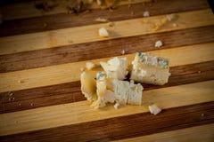 Pedazos del queso verde Imagenes de archivo