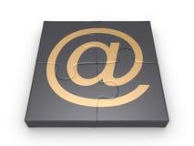 Pedazos del rompecabezas conectados con el símbolo del email de la forma Fotografía de archivo