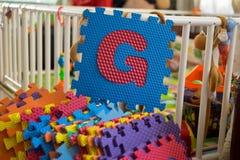 Pedazos del rompecabezas del alfabeto de la espuma, G Fotos de archivo libres de regalías