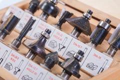 Pedazos del router de Roundover para la carpintería en cierre de la caja de madera para arriba Imagen de archivo
