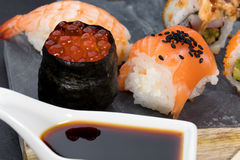 Pedazos del sushi en pizarra Imagen de archivo