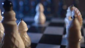 Pedazos del tablero de ajedrez y de ajedrez almacen de metraje de vídeo