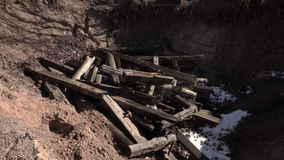 Pedazos del tiro del trabajador de madera en el hoyo metrajes