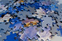 Pedazos dispersados del rompecabezas con motivo azul foto de archivo libre de regalías