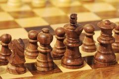 Pedazos en una tarjeta de ajedrez Foto de archivo libre de regalías