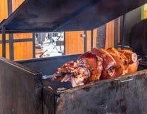 Pedazos enormes de carne de cerdo asados en la madera en la calle de Praga fotografía de archivo libre de regalías