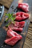 Pedazos fino cortados de la carne de vaca Carne de vaca Carpaccio fotografía de archivo