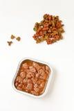 Pedazos frescos de la comida para gatos Imagenes de archivo