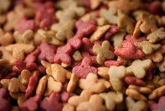 Pedazos frescos de la comida para gatos imagen de archivo