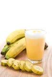Pedazos frescos del batido y del plátano de leche del plátano Foto de archivo libre de regalías