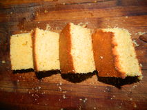 Pedazos grandes de la torta fresca tajada de la harina de maíz Imágenes de archivo libres de regalías