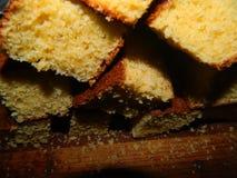 Pedazos grandes de la torta fresca tajada de la harina de maíz Fotos de archivo