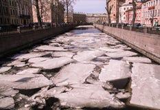 Pedazos grandes del flotador del hielo en el río en el medio del invierno fotografía de archivo libre de regalías