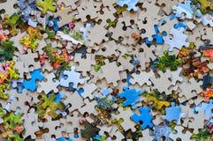 Pedazos mezclados del rompecabezas del color Fotografía de archivo