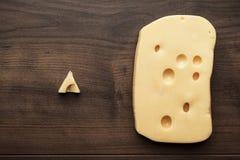Pedazos pequeños y grandes de queso Fotos de archivo