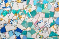 Pedazos quebrados de cerámica tejados en la pared Fotos de archivo