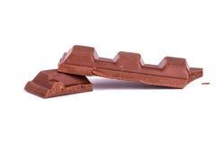Pedazos quebrados de la barra del chocolate con leche Imágenes de archivo libres de regalías