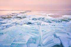 Pedazos quebrados del hielo de estante en la puesta del sol en Mar del Norte Fotografía de archivo