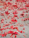 Pedazos rojos del papel de los fuegos artificiales a partir del Año Nuevo chino Foto de archivo