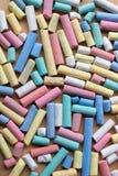 Pedazos rotos sucios de tiza colorida gruesa Foto de archivo libre de regalías
