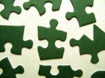 Pedazos verdes de los rompecabezas fotografía de archivo