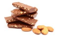 Pedazos y almendras del chocolate Foto de archivo libre de regalías