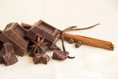 Pedazos y especias del chocolate fotos de archivo