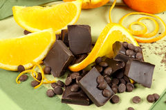 Pedazos y naranja del chocolate Foto de archivo libre de regalías